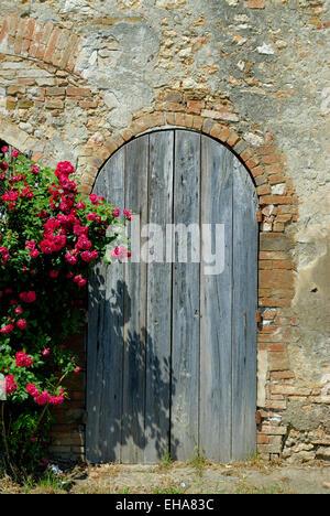 Fassade eines verlassenen alten Hauses mit Holztür - Stockfoto