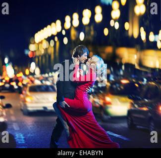 Romantische junge Paare tanzen in der Innenstadt von - Stockfoto