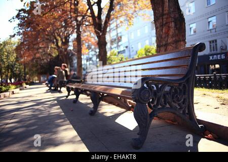 Gartenbank im Herbst Parklandschaft - Stockfoto