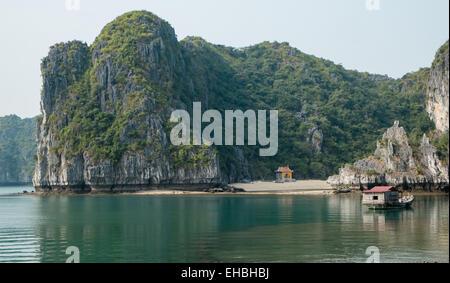 Schrein am Strand und Karst Kalkbergen im Cat Ba Nationalpark, Ha long, Halong Bay, Ha long, Halong Bucht, Vietnam - Stockfoto
