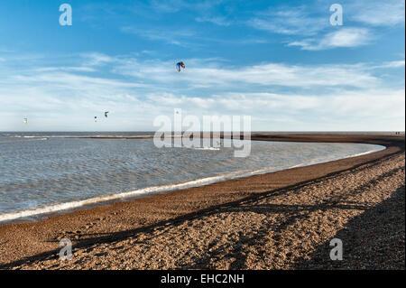 Schindel Street, Suffolk, UK. Kitesurfen auf dieser abgelegenen und einsamen Strand an der britischen Ostküste, - Stockfoto