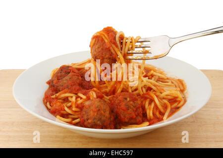 Spaghetti und Fleischbällchen in einer Schüssel mit einer Gabel - Stockfoto