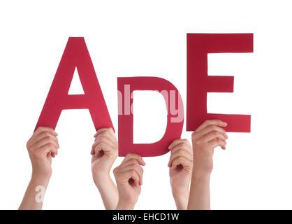 Viele kaukasische Menschen und Händen mit roten Buchstaben oder Zeichen Gebäude der isolierten deutschen Wort Ade - Stockfoto