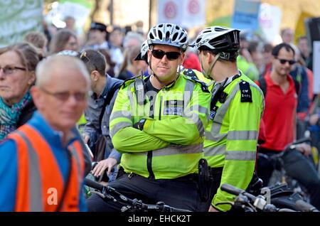 London, 7. März. Time To Act Klima marschieren durch London an das Parlament zu einer Kundgebung. Polizisten auf - Stockfoto