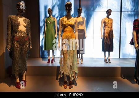 V & A, London, UK. 11. März 2015. Alexander McQueen: Savage Beauty - Fototermin. Die einzige große Retrospektive - Stockfoto
