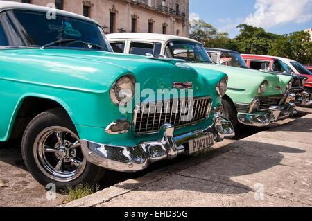 Horizontale nahe Ansicht von amerikanischen Oldtimern geparkt in Kuba. - Stockfoto