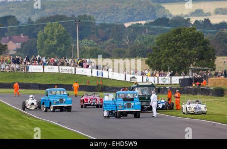 Nach dem Rennen Sie Aufschlüsselung und Crash Recovery von der Richmond Trophy Rennen, 2014 Goodwood Revival, Sussex, - Stockfoto