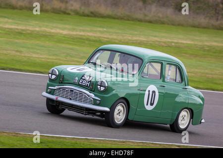1958 standard zehn mit Fahrer Ken McNeill. Str. Marys Trophy Rennen, der 2014 Goodwood Revival, Sussex, England. - Stockfoto