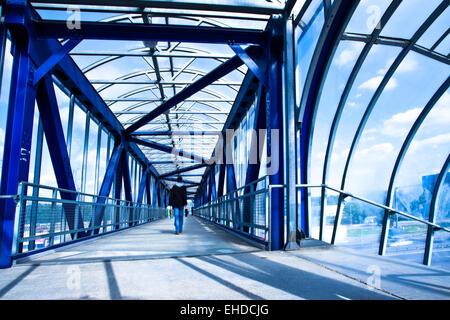 Blick auf leere Glaskorridor blau - Stockfoto
