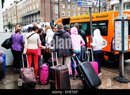 Touristischen Menge kleine Stansted-gebundenen Shuttle-Bus; Gloucester Place; Marylebone; London; England; VEREINIGTES - Stockfoto