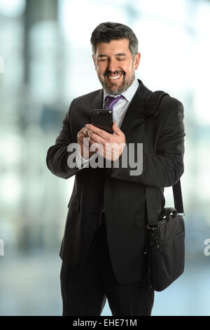 Reife Hispanic Geschäftsmann mit Handy im Bürogebäude - Fokus auf Handy - Stockfoto