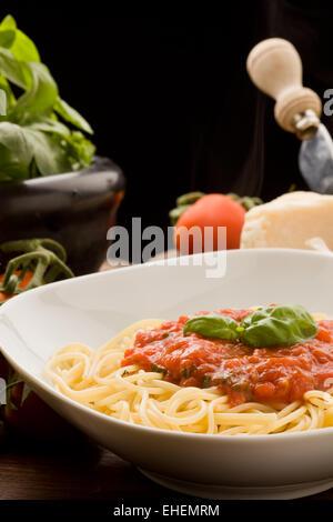 Pasta mit Tomaten-Sauce und Zutaten - Stockfoto