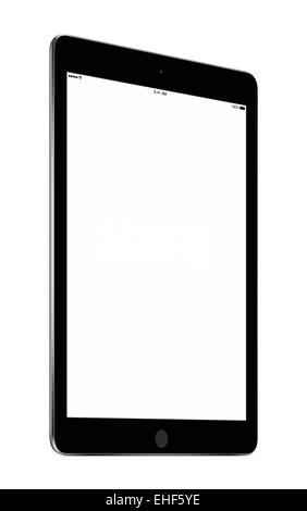 Bottom-up-Sicht auf gedreht in einem leichten Winkel schwarz Tablet-Computer mit leeren Bildschirm Mockup isoliert - Stockfoto