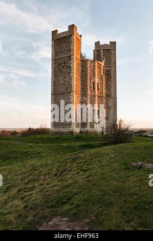 Orford Castle, Suffolk, UK, bei Sonnenuntergang. Etwa 1170 erbaute sieht es über Orford Ness und über die Küste - Stockfoto