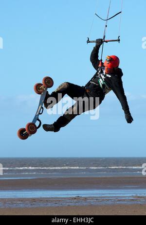 Carl Kirton üben seine Kite-surfen-Techniken am Strand von Southport, Merseyside, England - Stockfoto