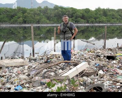 Rio De Janeiro, Brasilien. 10. März 2015. Biologe Mario Moscatelli stehen im Müll durch den Kanal tun Fundao nördlich - Stockfoto