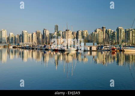 COAL HARBOUR AUS ROYAL VANCOUVER YACHT CLUB STANLEY PARK SKYLINE VON DOWNTOWN VANCOUVER BRITISH COLUMBIA KANADA - Stockfoto