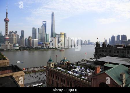 Skyline von Pudong Lujiazui Geschäfts- und Bankenviertel mit Huangpu-Fluss und dem Bund in Vordergrund, Shanghai, - Stockfoto