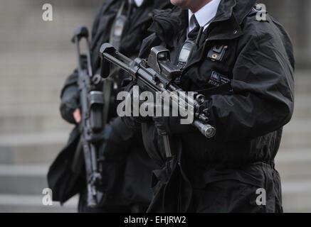 Service des Gedenkens, St. Pauls Cathedral. . London, UK. . 13.03.2015 Patrouillen bewaffneter Metropolitan Polizei - Stockfoto