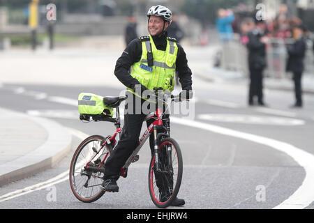 Service des Gedenkens, St. Pauls Cathedral. . London, UK. . 13.03.2015 A Polizei-Offizier auf einem Bike (Fahrrad) - Stockfoto