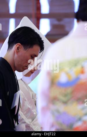 Eine Braut und Bräutigam in traditionelle japanische Hochzeit kimono in einem Shinto Zeremonie in Yasaka-Jinjia - Stockfoto