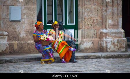 Zwei Straßenhändler warten auf Kunden in Havanna, Kuba - Stockfoto