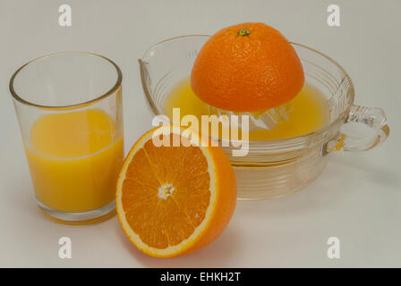 Orangen, Orangensaft.  Die ganze Frucht zu hausgemachten Saft. - Stockfoto