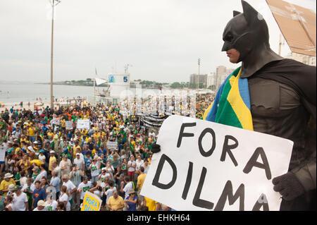 """Demonstrant gekleidet in einem Batman-Kostüm mit Schild sagt """"FORA DILMA"""" (Dilma aus). Rio De Janeiro, Brasilien. - Stockfoto"""