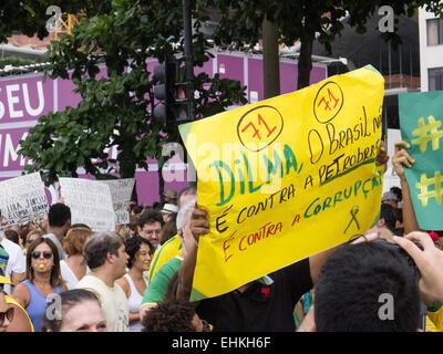 """Ein Demonstrant trägt eine handgeschriebene Plakat """"Dilm, Brasilien ist nicht gegen Petrobras, wir sind gegen die - Stockfoto"""