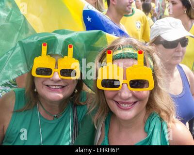 Beiden Youg Frauen tragen Sie eine Sonnenbrille mit einem Mittelfinger in Protest erhoben. Rio De Janeiro, Brasilien. - Stockfoto