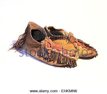 899dfcc97ccc Mokassin Slipper isoliert auf weiss · Historischen Mescalero Apache Indian  Perlen Mokassins. Ca. 1930er Jahre. New-Mexico.