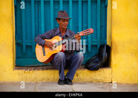 Ein Mann spielt Gitarre in Trinidad, Kuba - Stockfoto