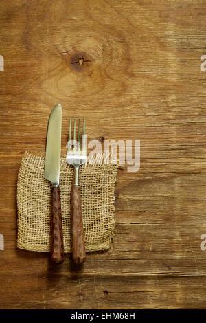 Besteck (Messer und Gabel) auf hölzernen Hintergrund - Stockfoto
