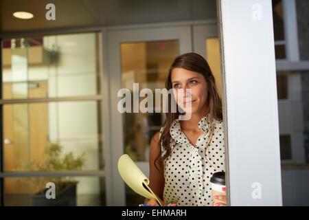 Gemischte Rassen Geschäftsfrau im Büro stehen Stockfoto