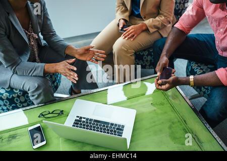 Erhöhte Ansicht von Geschäftsleuten mit Laptop im Büro - Stockfoto