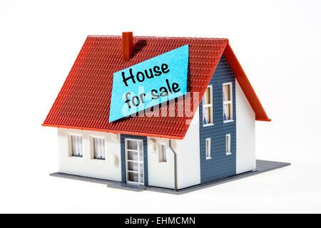 Symbolisches Bild, Haus mit ein Post-It Note, Haus zum Verkauf - Stockfoto