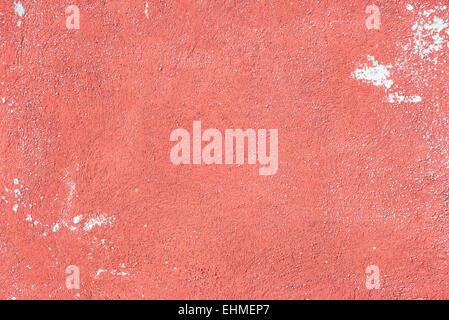 Nahaufnahme der Betonoberfläche eine rot bemalten alten Mauer mit Kratzern und Flecken. Hintergrund, texturiert. - Stockfoto