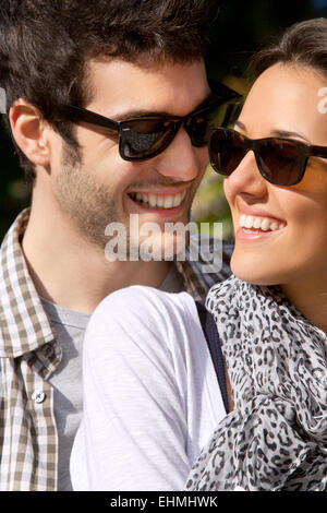 Porträt von attraktiven jungen lächelnde paar mit Sonnenbrille im freien hautnah. - Stockfoto