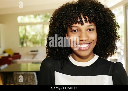 Gemischte Rassen Geschäftsfrau lächelnd im Speisesaal Stockfoto