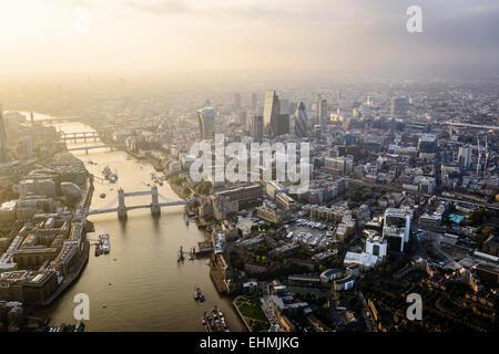 Luftaufnahme des Londoner Stadtbild und Fluss, England