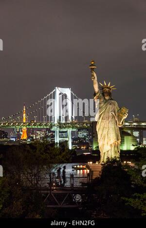 Freiheitsstatue am Rand der Bucht von Tokio und die Rainbow Bridge, Japan. - Stockfoto