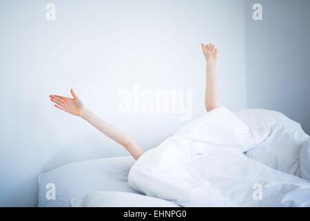 Frau aufwachen und stretching im Bett. - Stockfoto