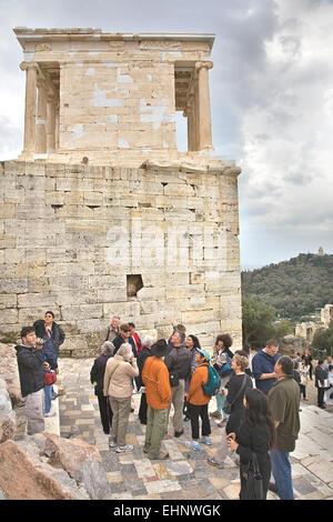 Besucher auf den Stufen des Proyhylaea mit der Tempel der Athena Nike oben. - Stockfoto
