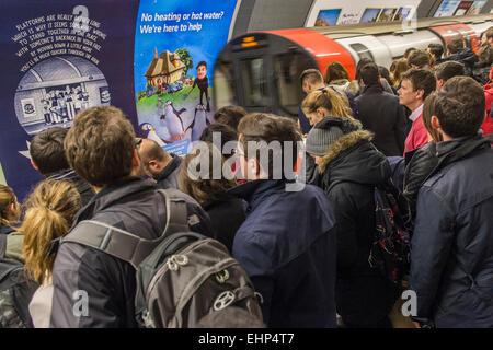 London, UK. 16. März 2015. Passagiere erwarten verpackt Northern Line-Züge an der Station Stockwell. Sie sind durch - Stockfoto