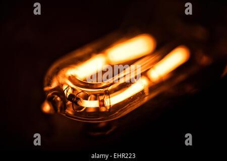 Nahaufnahme eines brennenden Glühdraht einer Glühbirne Stockfoto ...