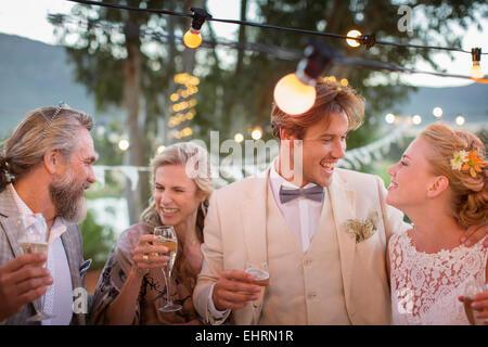Elegante reife frauen genie en champagner im stadtgarten stockfoto bild 88281168 alamy - Hochzeitsfeier im garten ...