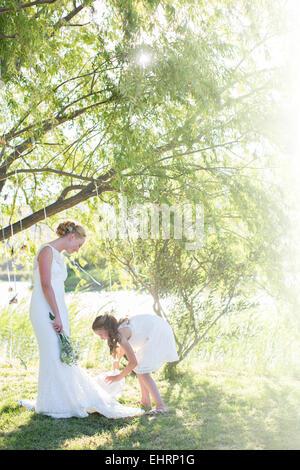 Zwei frauen stehen r cken an r cken mit bunten kunststoff wasserpistolen weiblich auf recht - Hochzeitsfeier im garten ...