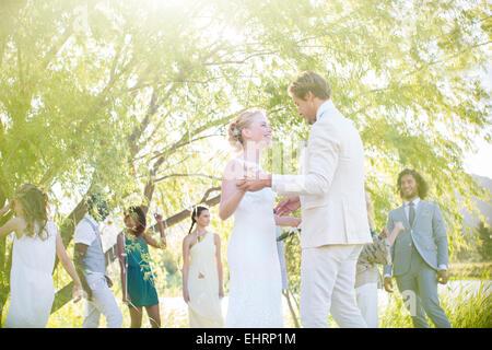 Junge Paare tanzen bei Hochzeitsfeier im heimischen Garten - Stockfoto