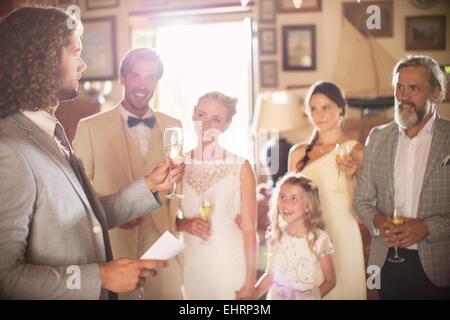 Am besten man Toasten mit Champagner und Rede während der Hochzeitsfeier im Wohnraum - Stockfoto