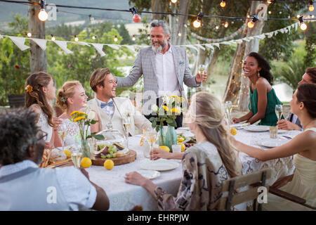 Mitte erwachsenen mannes betrachten licht von digital tablette stockfoto bild 67275278 alamy - Hochzeitsfeier im garten ...
